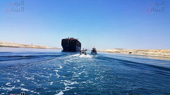 عبور أكبر سفينة حاويات بالعالم (12)