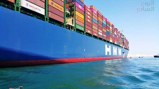 عبور أكبر سفينة حاويات بالعالم (5)