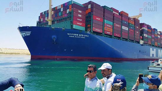 عبور أكبر سفينة حاويات بالعالم (10)
