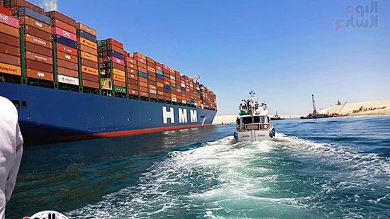 عبور أكبر سفينة حاويات بالعالم (15)