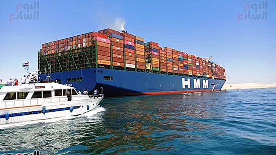 عبور أكبر سفينة حاويات بالعالم (16)
