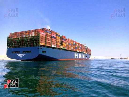 عبور أكبر سفينة حاويات بالعالم (14)