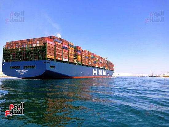 عبور أكبر سفينة حاويات بالعالم (13)