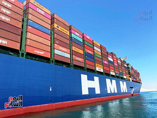 عبور أكبر سفينة حاويات بالعالم (2)