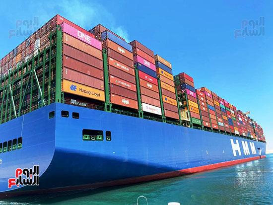 عبور أكبر سفينة حاويات بالعالم (1)