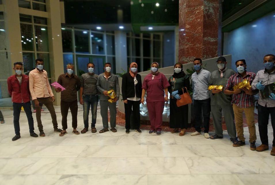 توزيع الهدايا لدعم رجال النظافة وأفراد الأمن بمستشفى إسنا للحجر