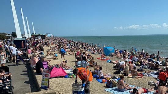زحام البريطانيين على أحد الشواطئ