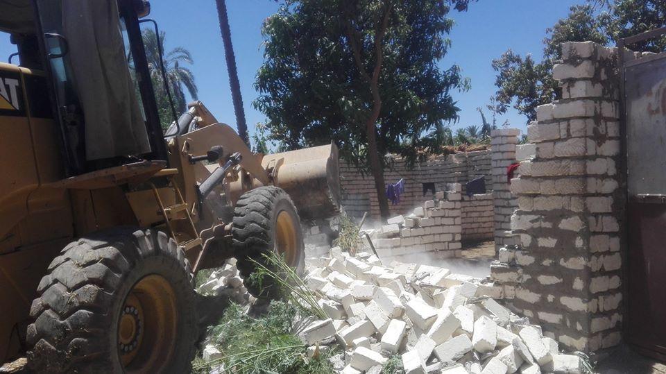 حملات إزالة التعديات بمدينة إسنا خلال العيد
