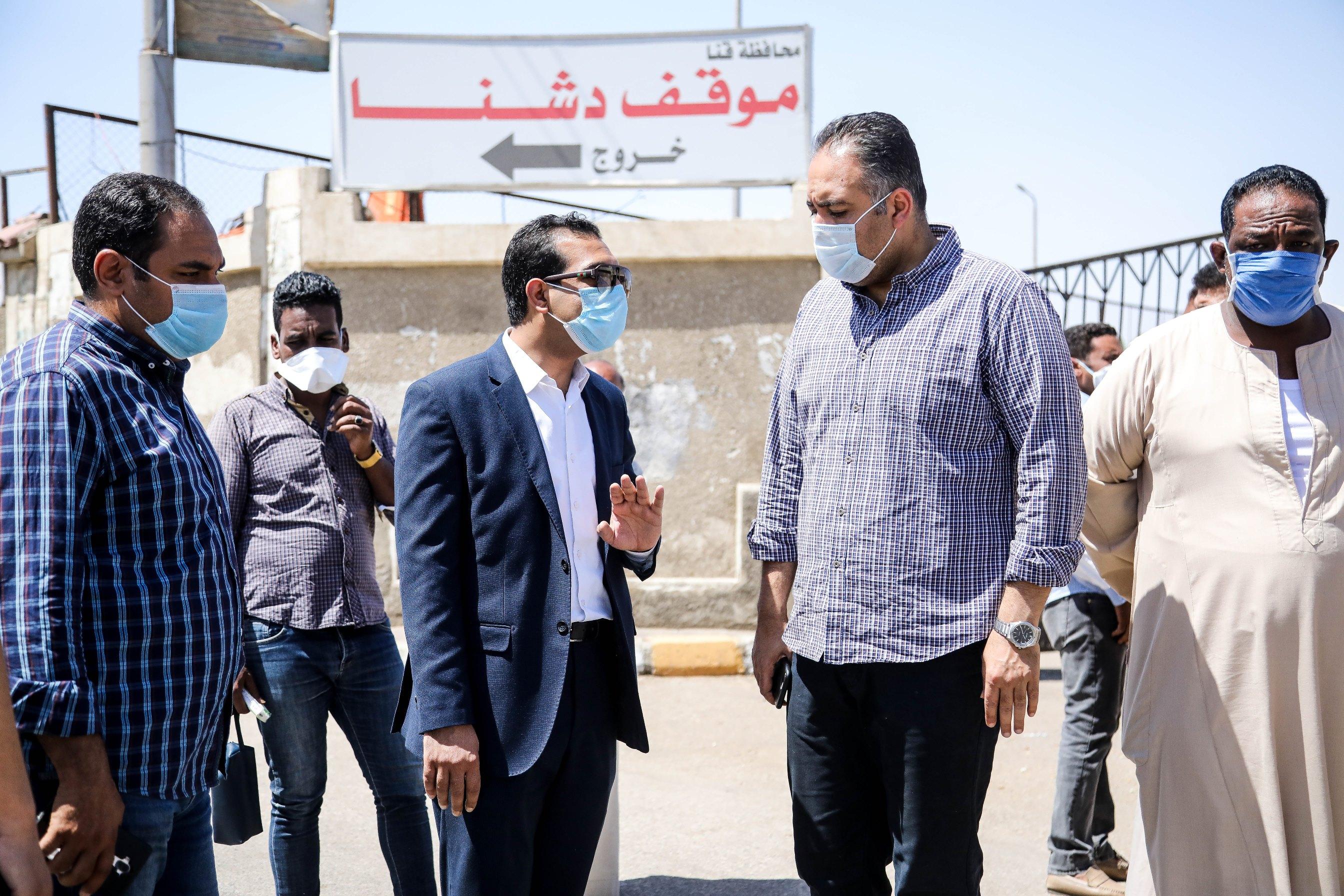 جولة نائب محافظ قنا بمجمع المواقف (5)