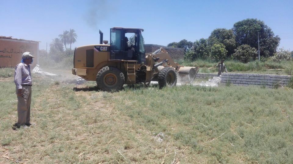 مدينة إسنا تنجح فى إزالة 113 حالة تعدى بأملاك الدولة والأراضي الزراعية
