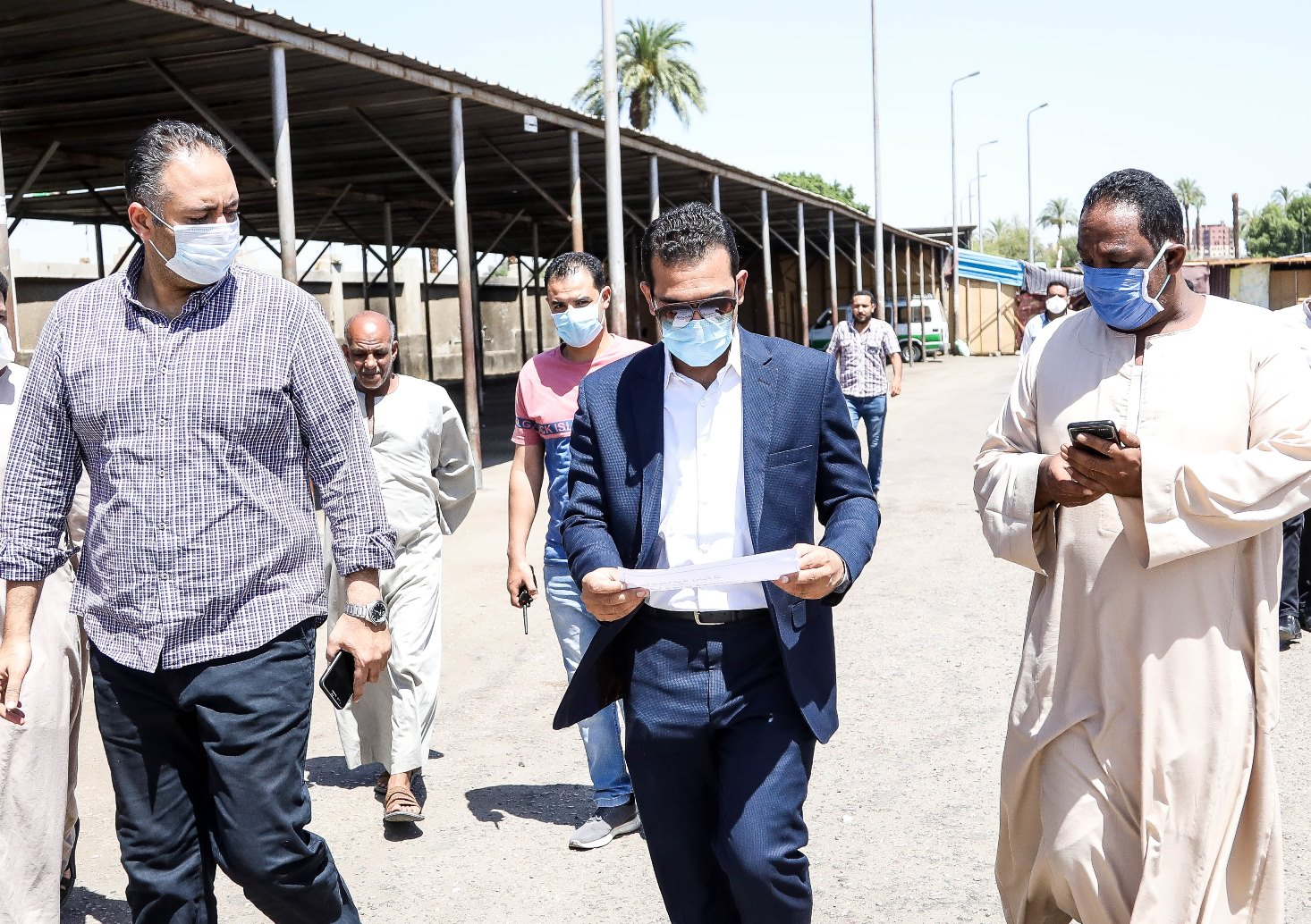 جولة نائب محافظ قنا بمجمع المواقف (3)