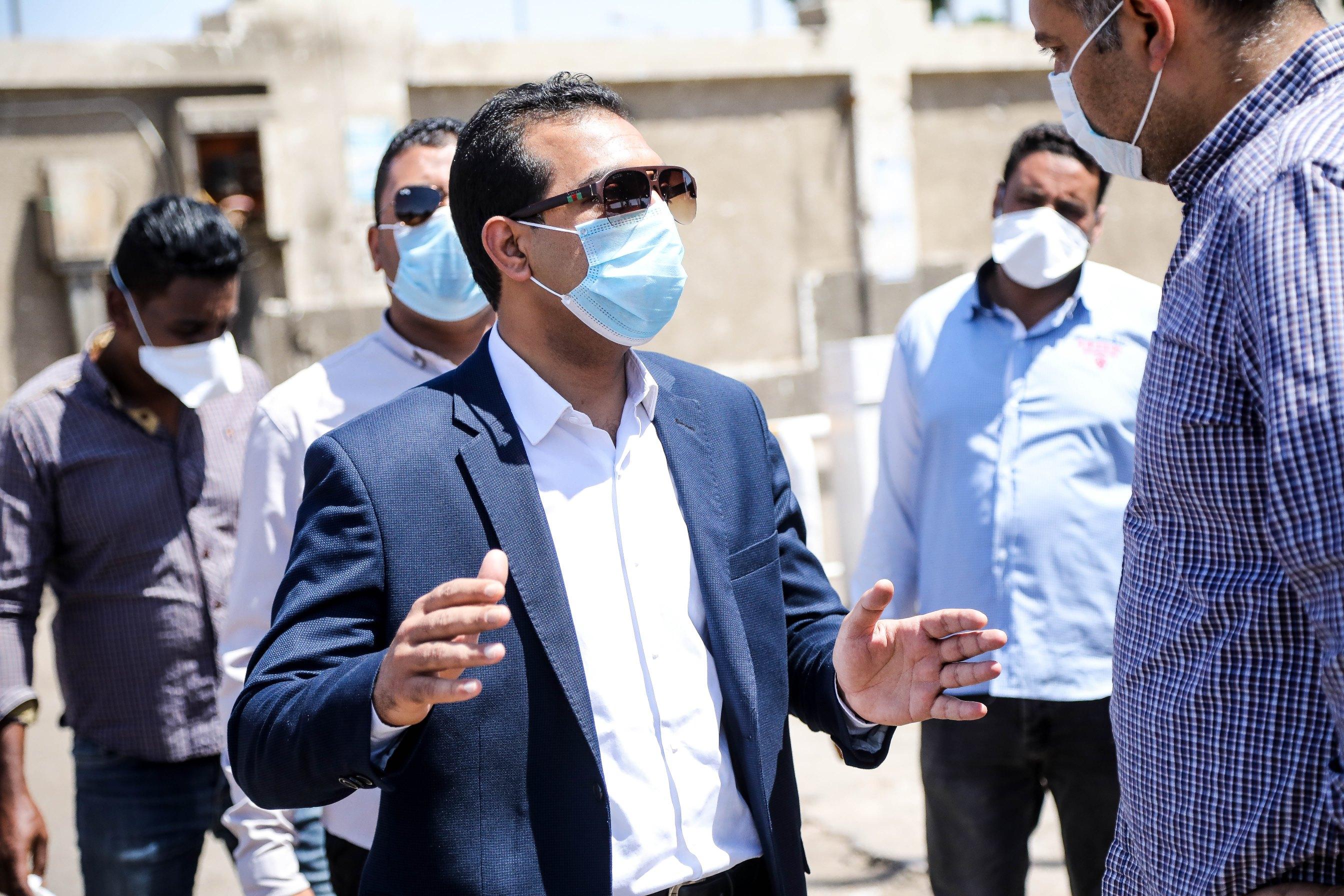 جولة نائب محافظ قنا بمجمع المواقف (4)