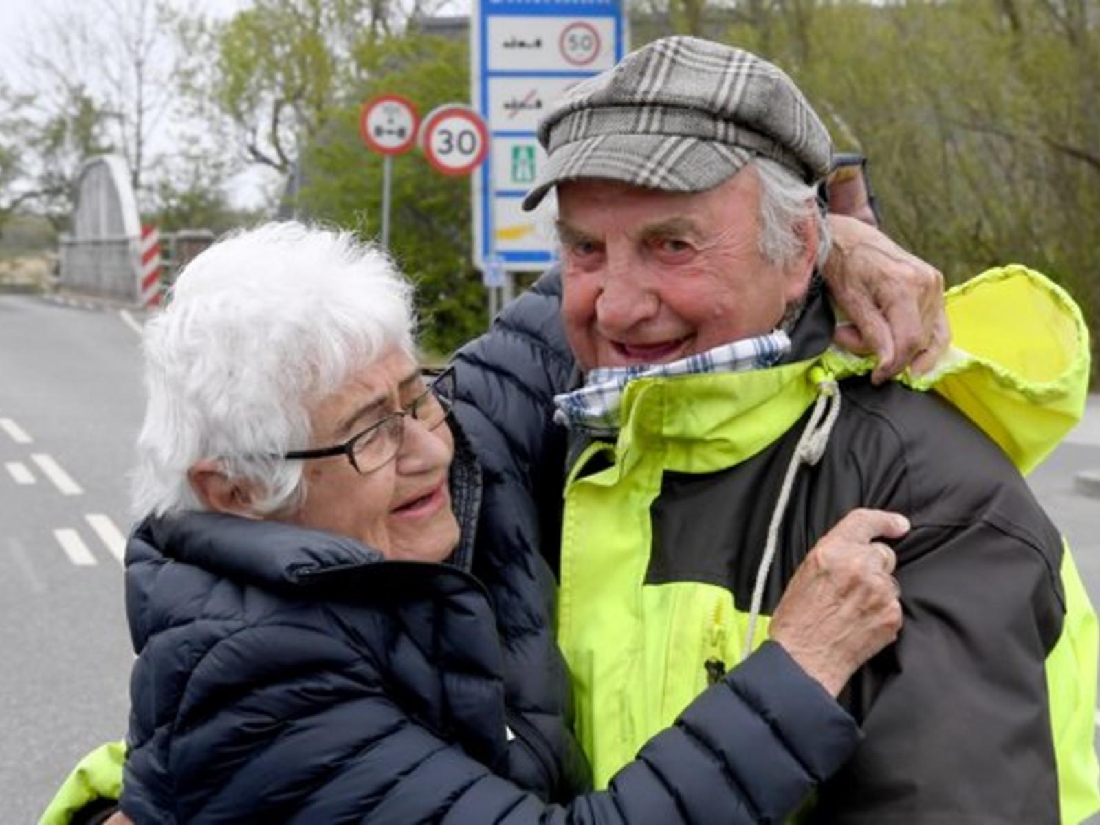 Wiedersehen-an-der-deutsch-daenischen-Grenze-Senioren-Paar-wieder-vereint_reference_4_3