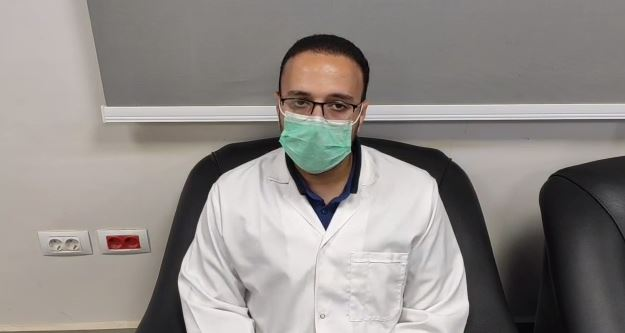 الدكتور محمد إبراهيم طالب دكتور الباطنة والكلى بمستشفى النجيلة