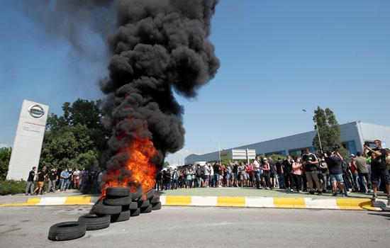 اشعال النيران فى اطارات السيارات