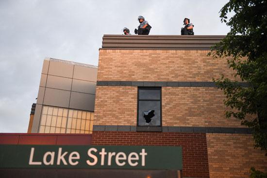 رجال الأمن يقفون على مبني