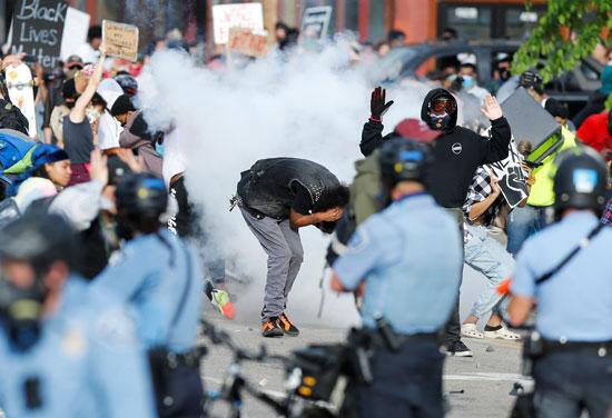 كر وفر بين المتظاهرين والأمن