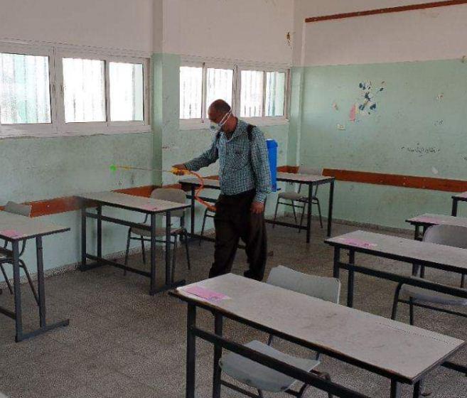 تعقيم مقاعد الطلاب