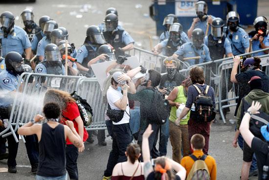 الشرطة تفرق المتظاهرين