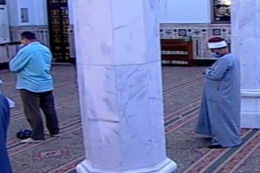 أول صلاة جمعة منذ إغلاق المساجد 20 مصلى يؤدون الصلاة بمسجد السيدة نفيسة (3)