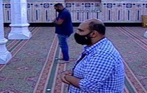 أول صلاة جمعة منذ إغلاق المساجد 20 مصلى يؤدون الصلاة بمسجد السيدة نفيسة (2)