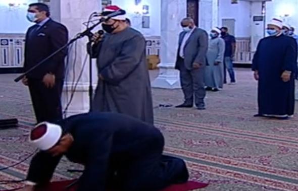 أول صلاة جمعة منذ إغلاق المساجد 20 مصلى يؤدون الصلاة بمسجد السيدة نفيسة (5)