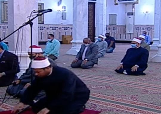 أول صلاة جمعة منذ إغلاق المساجد 20 مصلى يؤدون الصلاة بمسجد السيدة نفيسة (6)