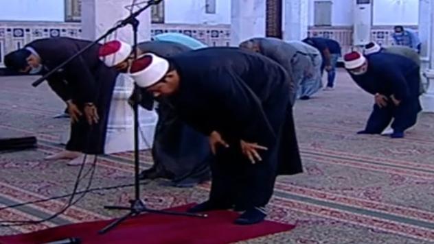 أول صلاة جمعة منذ إغلاق المساجد 20 مصلى يؤدون الصلاة بمسجد السيدة نفيسة (4)