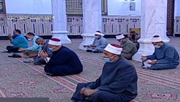 أول صلاة جمعة منذ إغلاق المساجد 20 مصلى يؤدون الصلاة بمسجد السيدة نفيسة (7)
