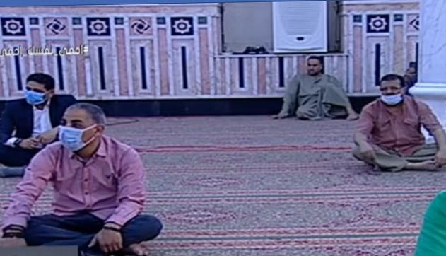 أول صلاة جمعة منذ إغلاق المساجد 20 مصلى يؤدون الصلاة بمسجد السيدة نفيسة (8)