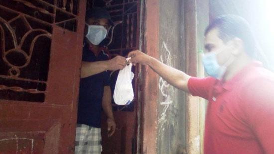 تجهيز شنطة أدوية لحالات كورونا وتوصيلها للمرضى بالمنازل (6)