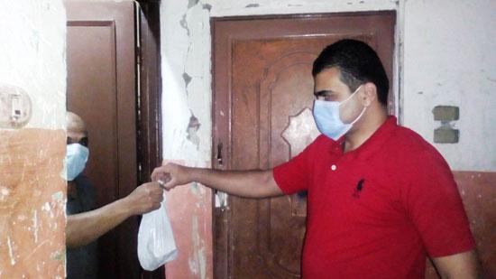تجهيز شنطة أدوية لحالات كورونا وتوصيلها للمرضى بالمنازل (5)