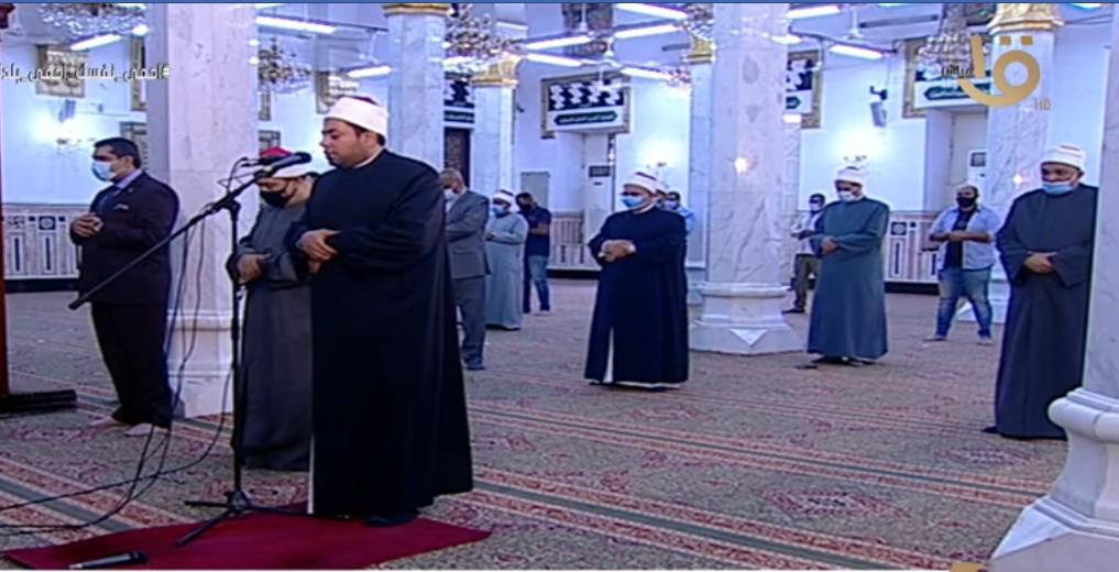 أول صلاة جمعة منذ إغلاق المساجد 20 مصلى يؤدون الصلاة بمسجد السيدة نفيسة (1)