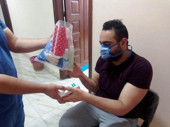 تجهيز شنطة أدوية لحالات كورونا وتوصيلها للمرضى بالمنازل (9)