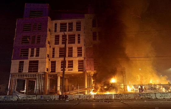 44176-النيران-تلتهم-أحد-المبانى-خلال-الاشتباكات