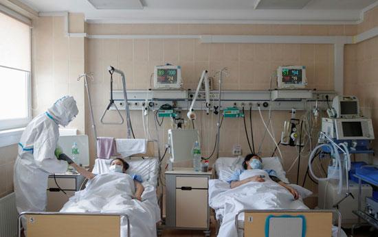 44463-المصابون-بكورونا-يتلقون-الرعاية-الطبية