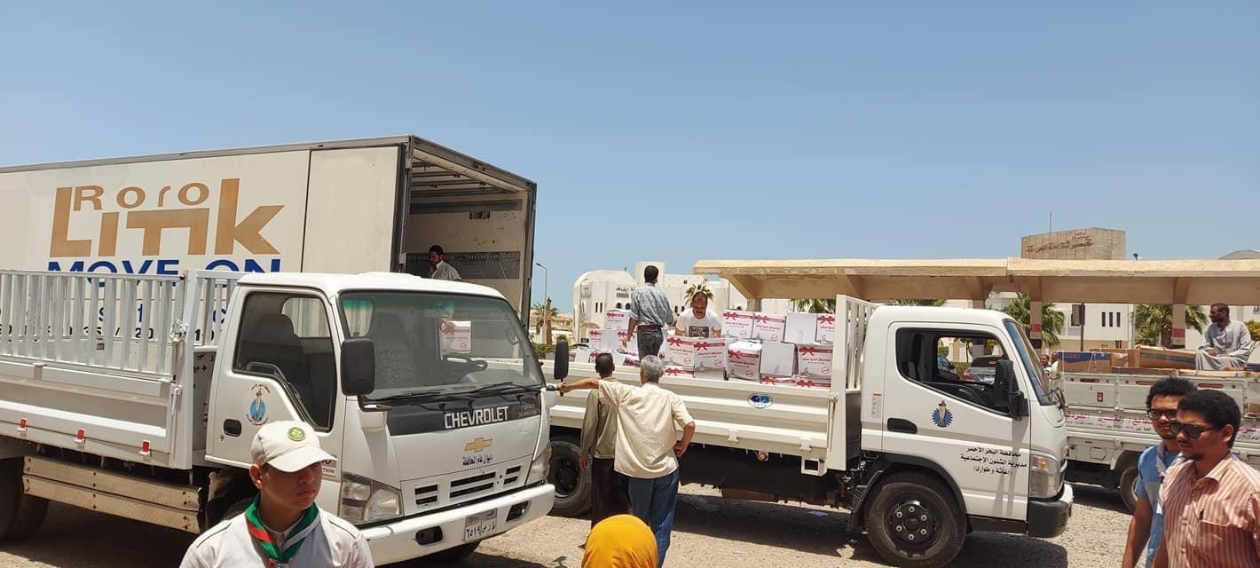 توزيع كراتين مواد غذائية على الأسر الأكثر احتياجاً بالبحر الأحمر (6)