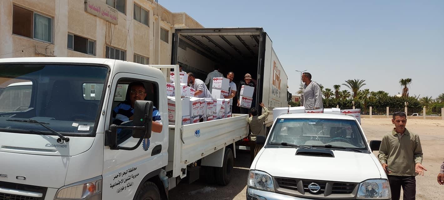 توزيع كراتين مواد غذائية على الأسر الأكثر احتياجاً بالبحر الأحمر (4)