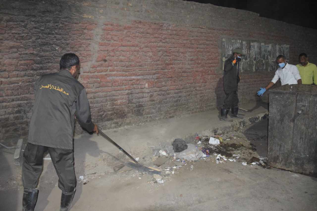 جانب من رفع القمامة بشوارع مدينة الأقصر
