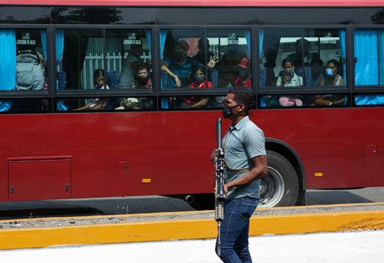 أحد أفراد القوات الخاصة بجانب الحافلة
