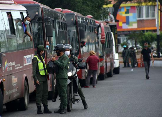 الحرس الوطني البوليفاري يقفون بجوار الحافلات قبل دخولها فنزويلا