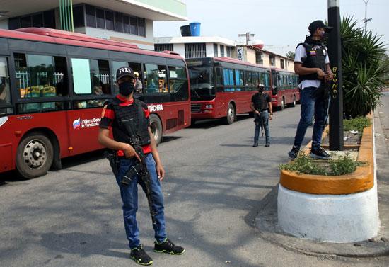 أفراد القوات الخاصة الفنزويلية تحيط بالحافلات
