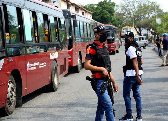 القوات الخاصة تحيط بالحافلات