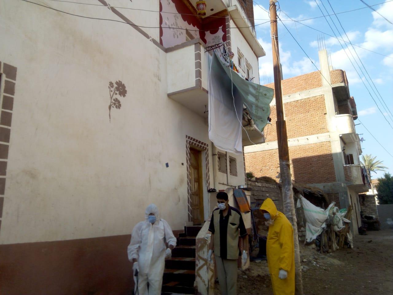 رش وتطهير المنشأت والمنازل والشوارع بالبحيرة (2)