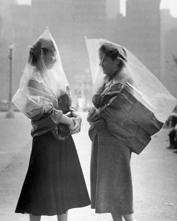 سيدتان ترتديان أكياس بلاستيكية لتجنب العدوى