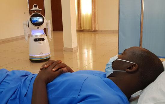 مريض فى انتظار الروبوت