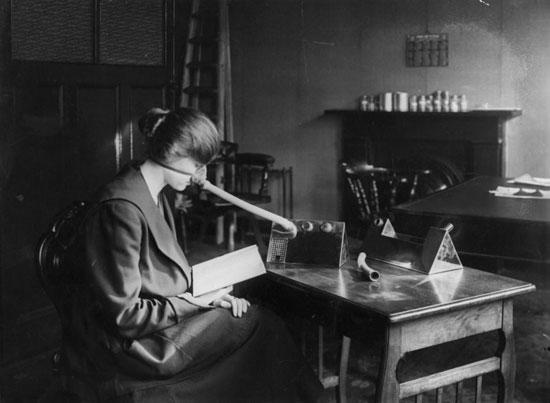 سيدة تقرأ وترتدى جهاز  تنفس
