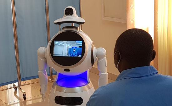 روبوت يقدم الرعاية الطبية لمريض