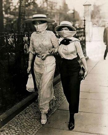 سيدتان ترتديان كمامات