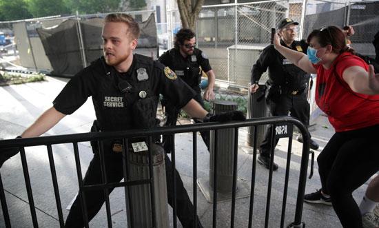 الشرطة تحاول منع اقتحام محيط البيت الأبيض